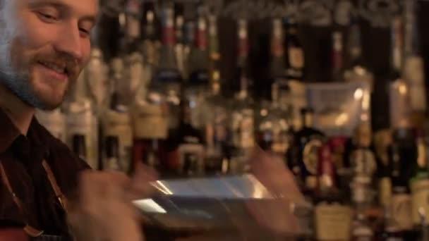Barkeeper Schütteln der Flasche vorbereiten Getränke in der Bar