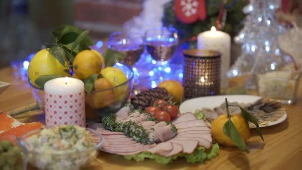 Večeře, jídlo, svátek, Vánoce a nový rok, olivier salát s majonézou, kaviár sendvič, šunka, rajčata, mandarinky