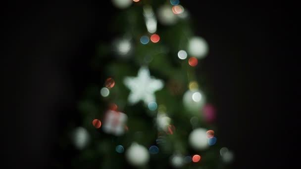 Karácsonyi golyó és a fények, karácsonyfa. Lövés a színes bokeh Defocus