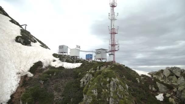A légi felvétel a kommunikációs rádióállomás a hegyekben