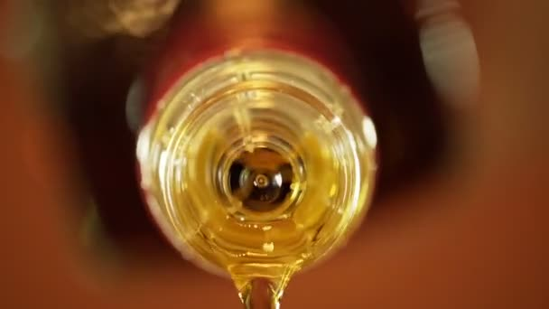 Szakadó whisky üveg barna narancssárga háttérrel. Pohár rum alkohol