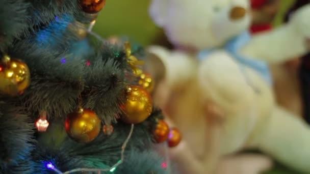 Dolly záběr ozdoby na vánoční stromeček