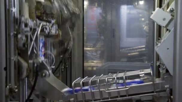 Szállítószalag tejes Tetra csomagolással. Tejtermék palackozás gyárát. A tejtermékek szállítópályán haladnak