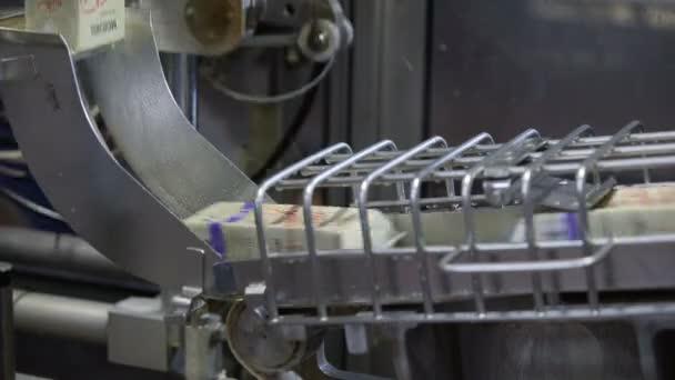 Tejcsomagoló sor. A Tetra csomagolás tejtermékei a szállítószalag mentén mozognak a Tejgyárban.