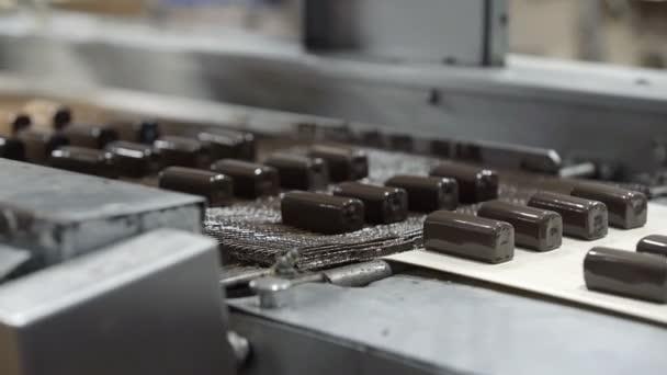 Csokoládémázas túrás gyártás a gyárban