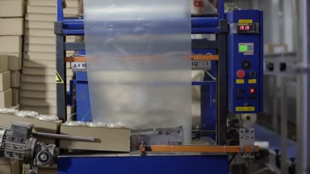 Élelmiszer-előállítási technológia. Élelmiszer csomagoló sorok a Tejgyárban. Élelmiszer-üzem. Az élelmiszeripari termékek csomagolásának folyamata