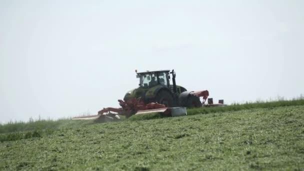 Zemědělský tahač pohybující se v zemědělském poli pro sklizeň. Zemědělské stroje na sklizeň