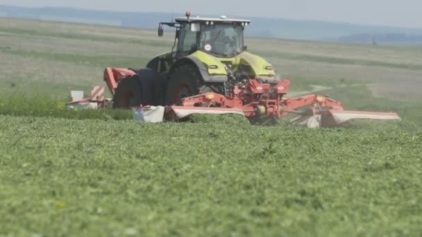 Zemědělský traktor na zemědělské půdě pro sklizeň. Oblast chovu zemědělských traktorů