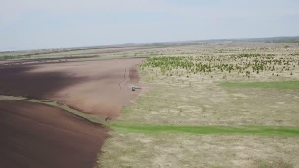 Letecký pohled na moderní sklízecí komr. Traktor pracuje na hřišti. Setí a sklizeň. Pojetí agronomie