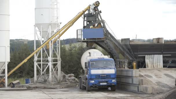 Verladewagen auf Beton-Asphalt-Fabrik. Konzept der Zisternen, Rohre, Metallkonstruktionen, Betonproduktion