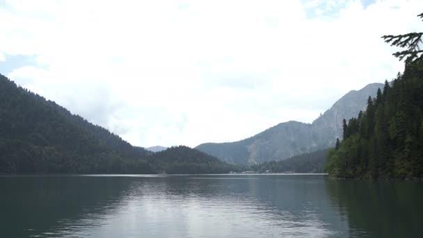 Bergsee mit blauem Wasser und grünen Bäumen. Spiegelung im Wasser. schöne Sommerlandschaft mit Bergen, Wald und See