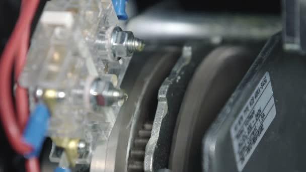 Close up of Gear motore ricarica la molla nel vuoto Interruttore automatico, fusibili in un grande rack elettrico industriale