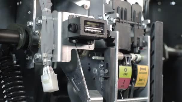 Lelettricista accende gli interruttori e avvia il sistema ad alta tensione. Parte della sottostazione ad alta tensione con interruttori e disconnettori. Interni girati di installazione elettrica