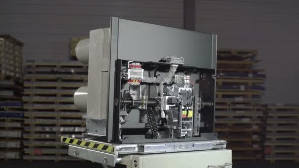 Interruttore automatico a vuoto, fusibili in un grande rack elettrico industriale.