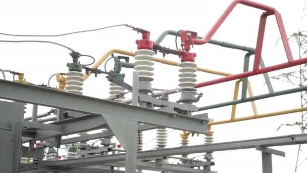 Elektromos rudak vezetékekkel és szigetelőkkel az elektromos alállomáson. Áramkör megszakító nagyfeszültségű. Nagyfeszültségű alállomás része kapcsolókkal és szétkapcsolókkal.
