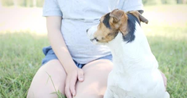 Nő a fű a kutyájával