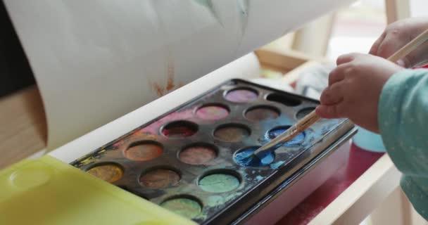 Mädchen malen Bild mit Aquarell