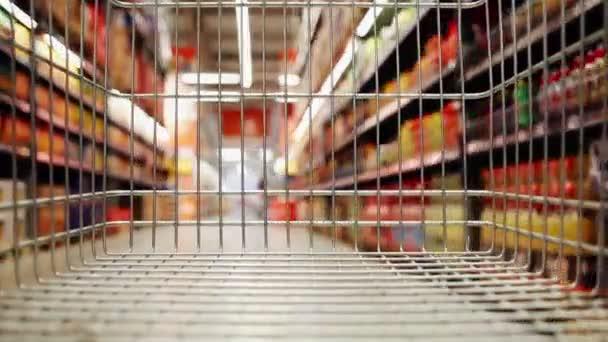 Rozostřený obraz supermarketu s nákupním vozíkem