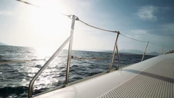 Plachetnice pohybující se po moři
