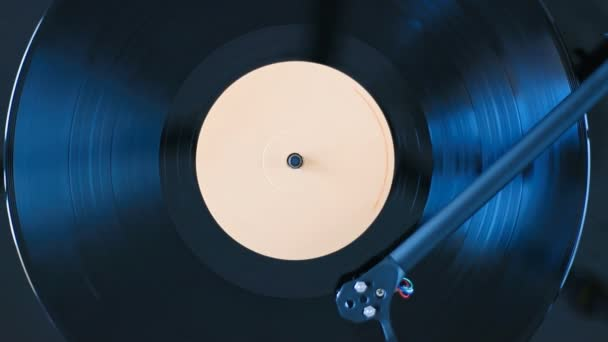 Schallplatte spielen. Großaufnahme männlicher Hände, die Schallplattenseiten umblättern