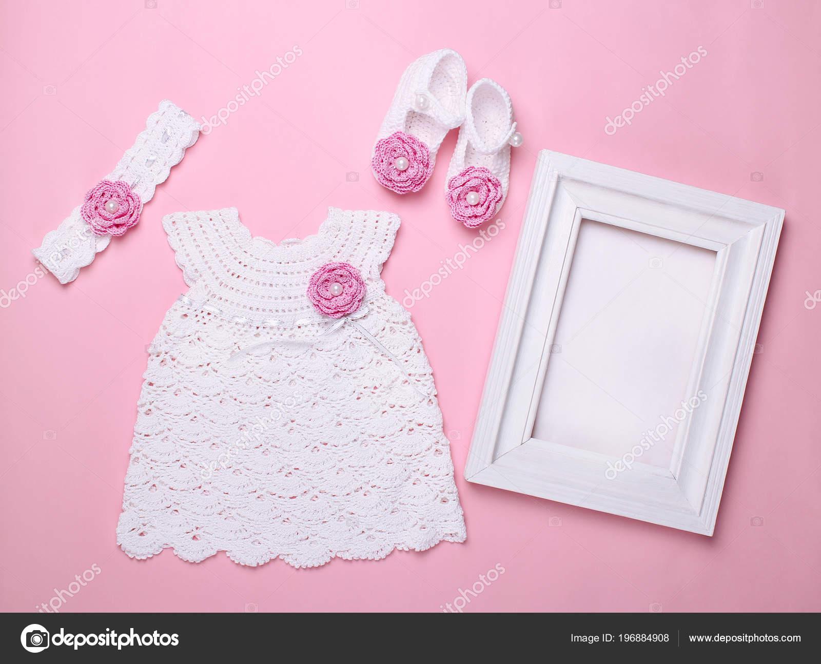 cc8ae2c226de Krásné dětské šaty s botičky na růžovém pozadí — Fotografie od ...