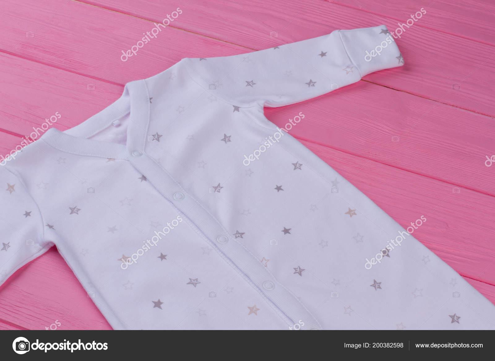 85485d58d4c3f Pyjama coton bio pour bébé. Blanc doux dormeur fot bébé nouveau-né sur fond  rose. Vêtements de marque pour bébés — Image de ...