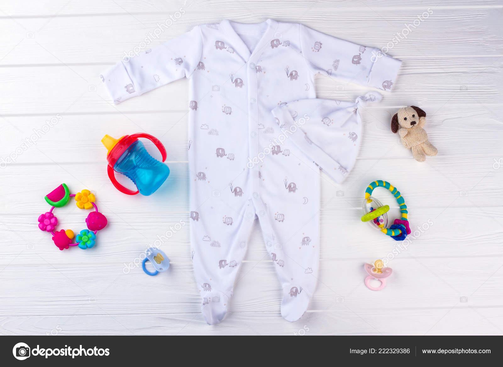 f7268aead42 Σετ Βρεφικά Ρούχα Και Είδη Ανάγκης Λευκό Μωρό Pajama Κόμπο — Φωτογραφία  Αρχείου