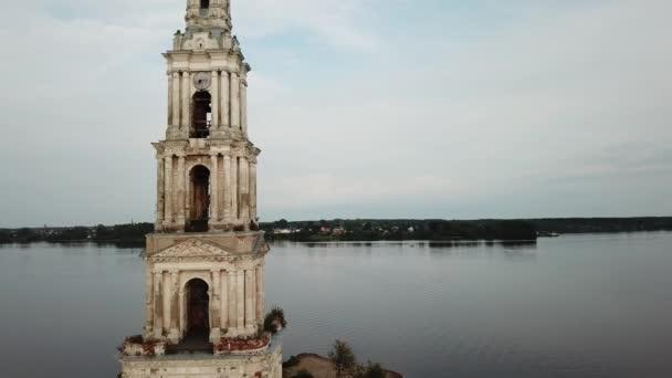 Russische Wahrzeichen. Überfluteten Glockenturm der St.-Nikolaus-Dom in Kaljasiner