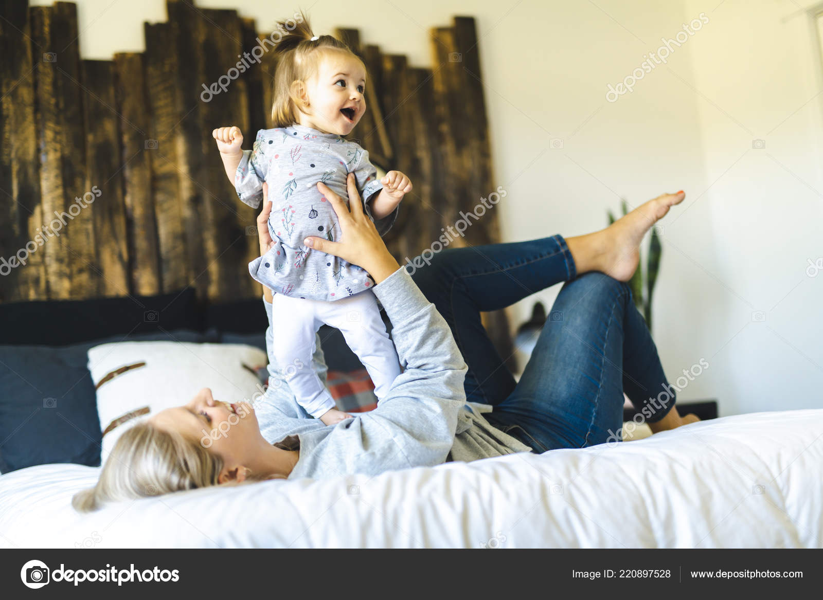 Трахает дочку и ее подругу, Отец трахнул молодую дочь вместе с подружкой 23 фотография