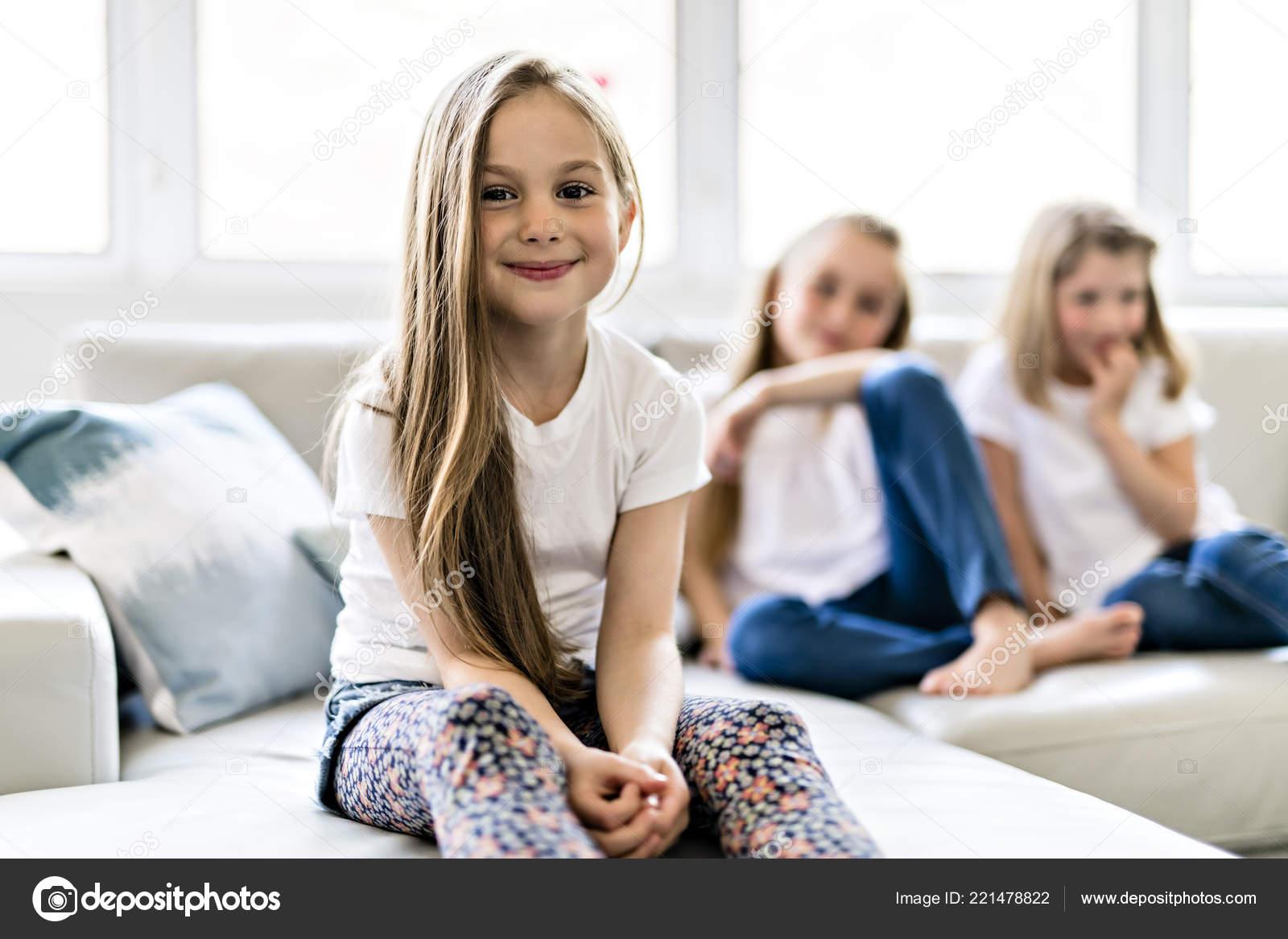 339ab19c4 Tres niñas niño atractivo en ropa casual en casa viendo la ...