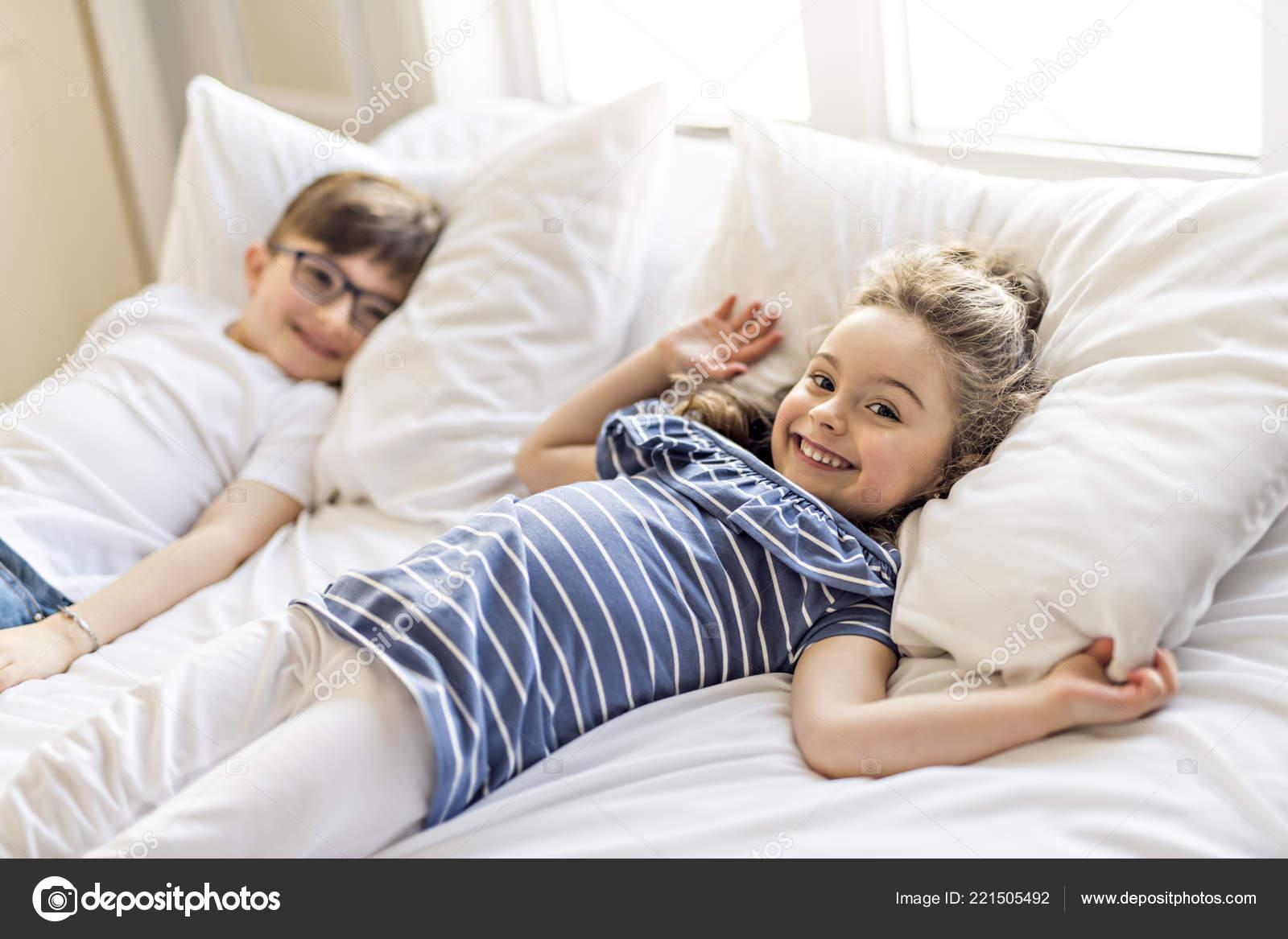 Смотреть онлайн порно брат с сестрой и её подругой, Брат зашёл к сестре))) смотреть онлайн видео брат 19 фотография
