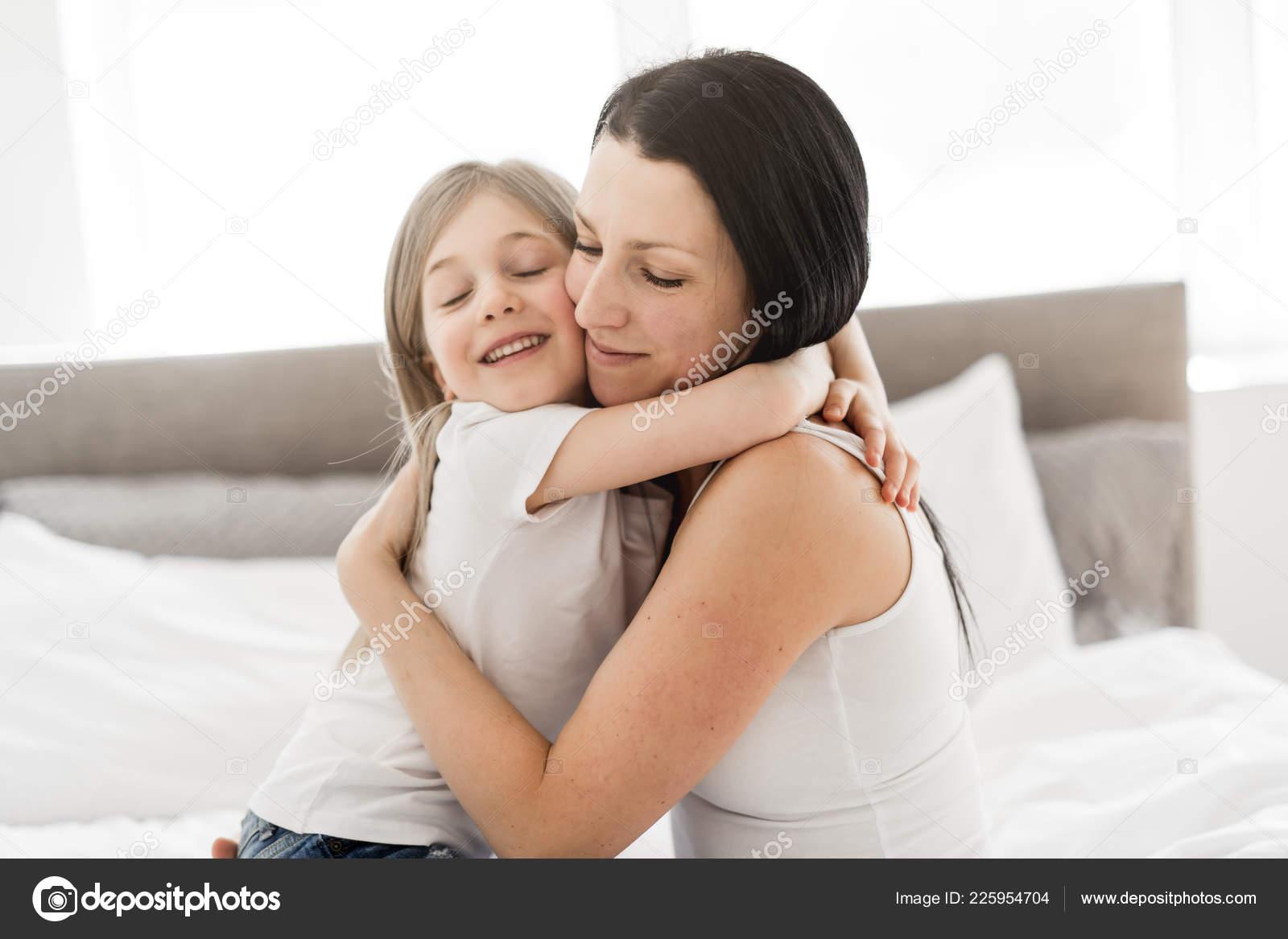 Трахнул свою дочь и мать, Секс с дочерью » Порно мамочки онлайн Full HD 18 фотография