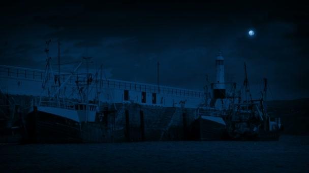 Zvětralé rybářské lodě v přístavu v noci