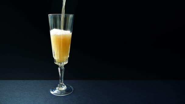 Šampaňské nalévá do skla