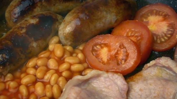 Főzés a reggeli - kolbász, Bacon, bab, paradicsom