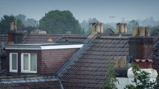 Déšť na střechách domu