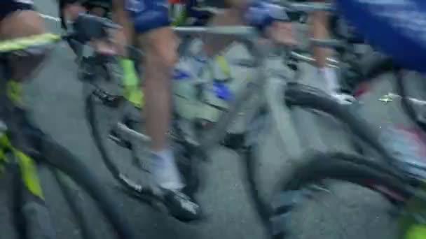 Cyklisté v závodě kolem rychle