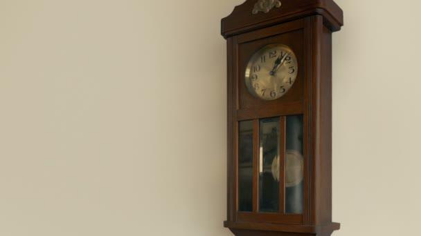 Antik óra a falon hurok