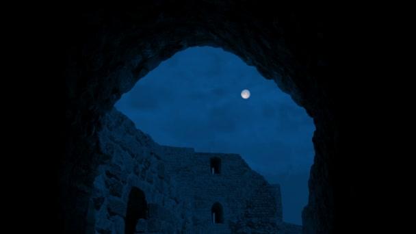 Měsíc nad starodávné budově prostřednictvím Arch