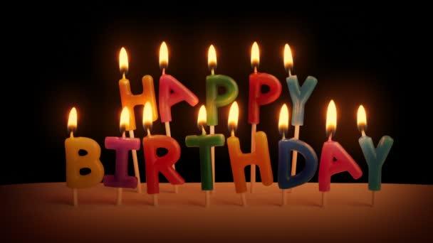 Všechno nejlepší k narozeninám svíčky na dortu ve tmě