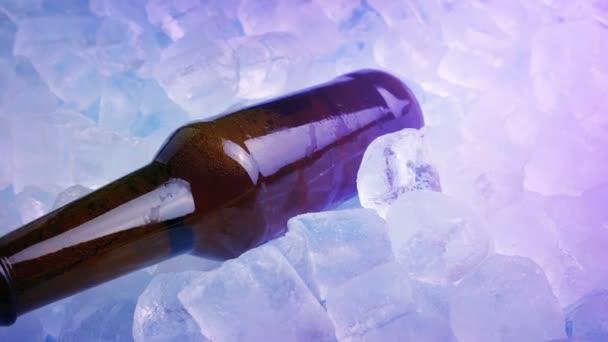 Bier im Club-Licht vom Eis geholt