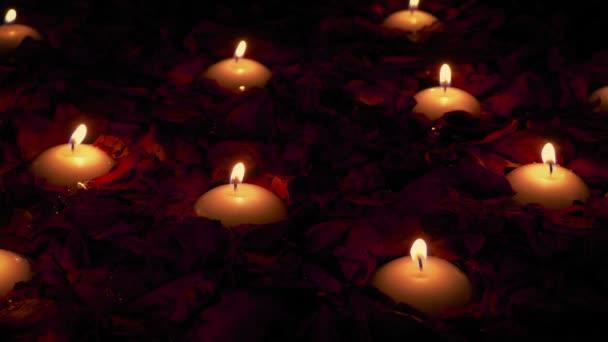Kerzen in Rosenblättern romantischen Rahmen