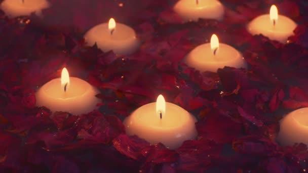 Dampfbad mit schwimmenden Kerzen und Blumen