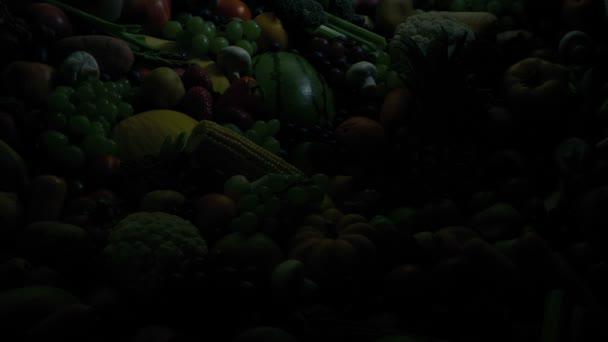 Vyrůst slunce na hromadě ovoce a zeleniny