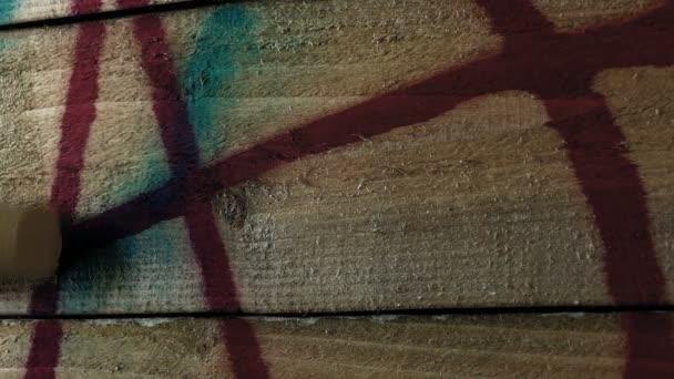 Festészet over spraypaint graffiti a kerítés