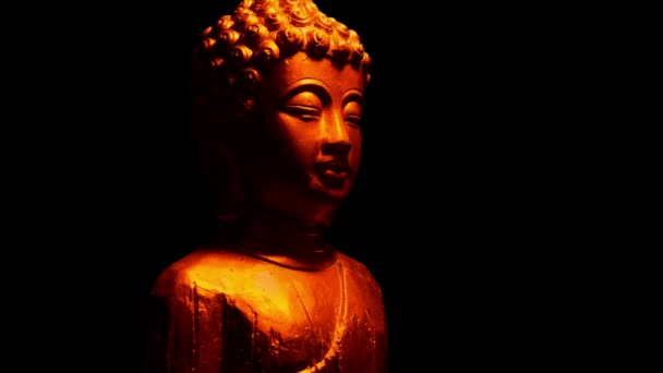 Buddha szobra a tűz fénye