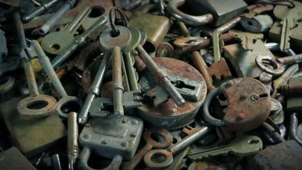 Přesun nad velkou hromadou starých klíčů a zámků