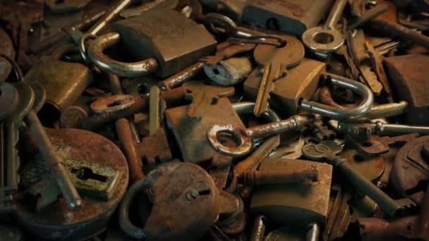 Předávání tabulky pokryté starými zámky a klíči