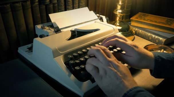 Ember használ írógép a tanulmányi szoba sok könyvek