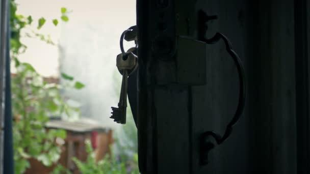 Passaggio di tasti nella porta con giardino in sfondo